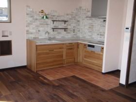 天然素材のシステムキッチンキッチン前床は石張り