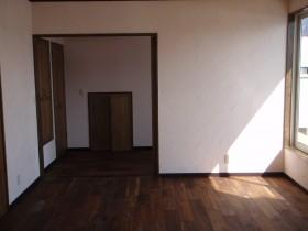 壁はスイスしっくい塗り床は無垢のブラックウォールナット貼り