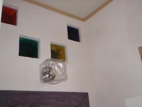 壁上部にはアクセントの色付のガラスブロックを埋め込み