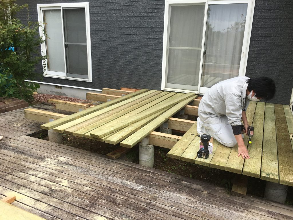 自然素材のウッドデッキ工事はじめました